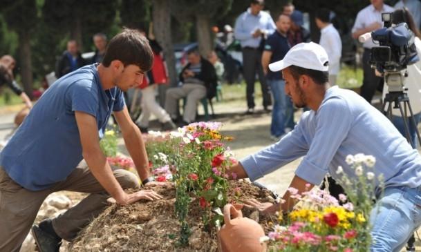 Madencilerin mezarlarına çiçekler dikildi 5