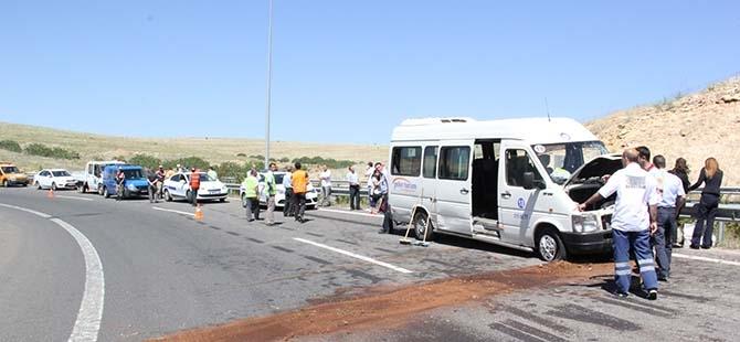 Minibüs bariyerlere çarptı: 13 yaralı 1