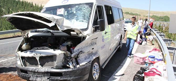Minibüs bariyerlere çarptı: 13 yaralı 4