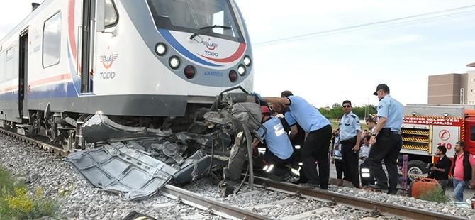 Tren otomobili biçti: 2 ölü 1