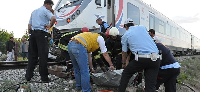 Tren otomobili biçti: 2 ölü 11
