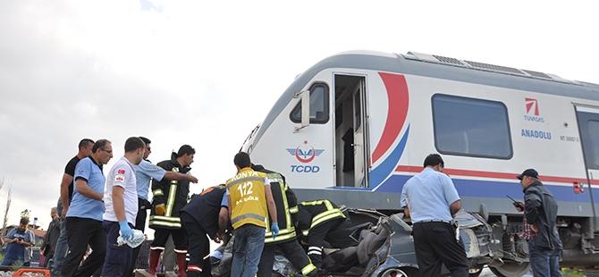 Tren otomobili biçti: 2 ölü 14