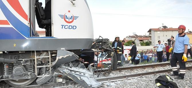 Tren otomobili biçti: 2 ölü 2