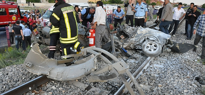 Tren otomobili biçti: 2 ölü 7