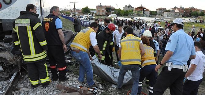 Tren otomobili biçti: 2 ölü 8