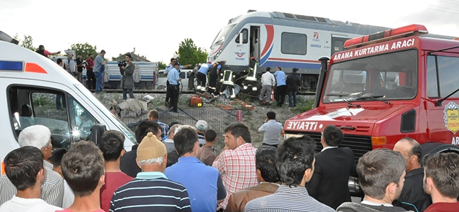 Tren otomobili biçti: 2 ölü 9