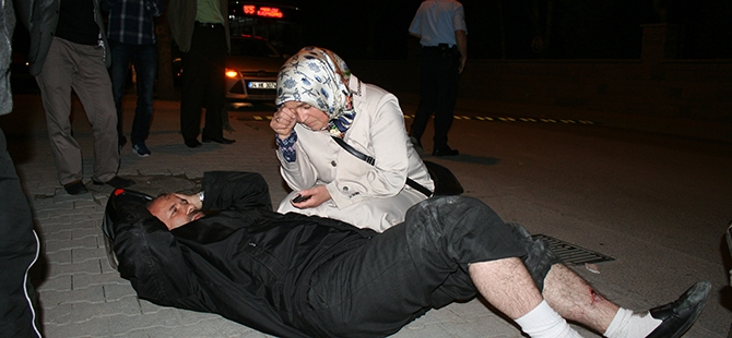 Yaralı eşinin yanından ayrılmadı 4