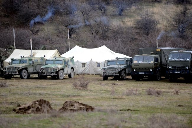Rus askerler Kırım'a çadır kurdu! 4