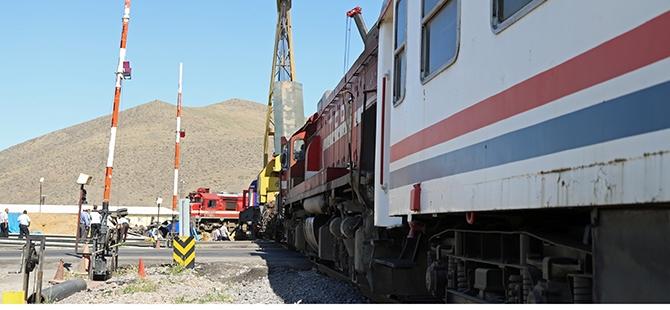 Tren İle Tır Çarpıştı: 1 Ölü, 2 Yaralı 2