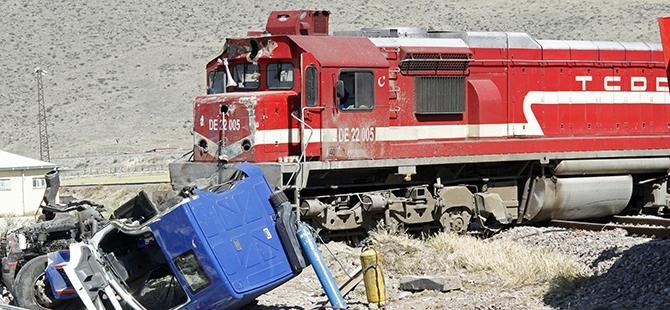 Tren İle Tır Çarpıştı: 1 Ölü, 2 Yaralı 3