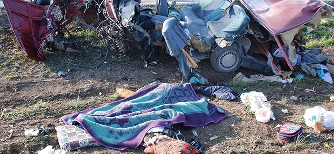 Burdur'da iki otomobil çarpıştı: 5 ölü 3 yaralı 6