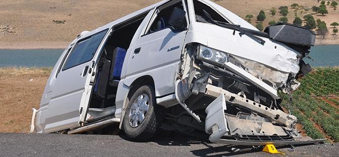 Otomobille minibüs çarpıştı: 4 ölü, 3 yaralı 11