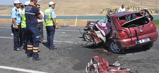 Otomobille minibüs çarpıştı: 4 ölü, 3 yaralı 12