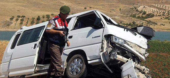Otomobille minibüs çarpıştı: 4 ölü, 3 yaralı 4