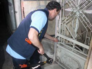 Bina bisiklet kilidiyle üstlerine kilitlendi