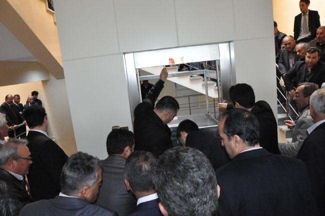 Bakan Elvan Asansörde Mahsur Kaldı! 10