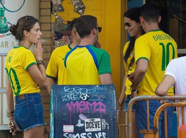 Brezilya hezimeti güzellere sigara yaktırdı 1