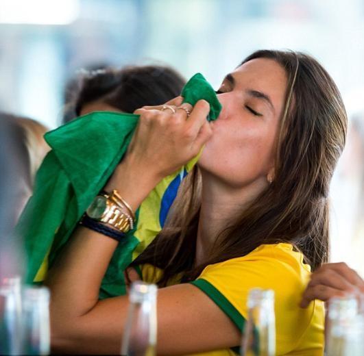Brezilya hezimeti güzellere sigara yaktırdı 6