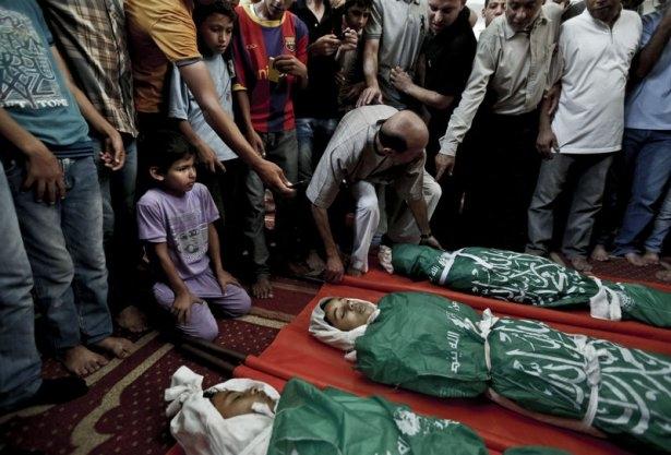 Gazzeli çocuk elinde çikolatasıyla öldü 7