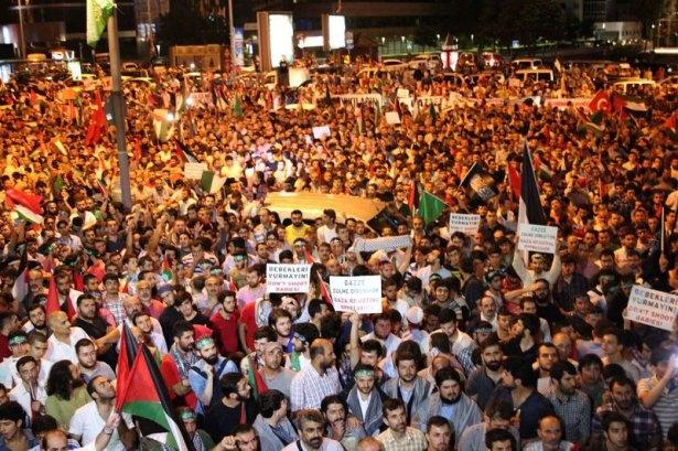 İstanbul'da binlerce kişi İsrail'i lanetledi 1