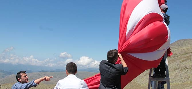 Yaylaya dev bayrak 1