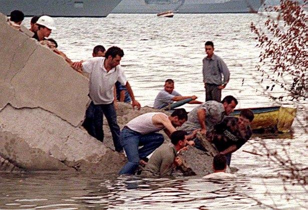 15 yıl önce Türkiye'yi yasa boğan faciadan kareler 14