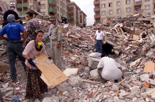 15 yıl önce Türkiye'yi yasa boğan faciadan kareler 28