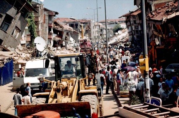 15 yıl önce Türkiye'yi yasa boğan faciadan kareler 32