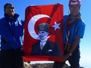 Türk dağcılar İran'ın en yüksek dağına çıktı