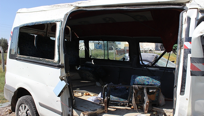 Mevsimlik işçileri taşıyan minibüs devrildi: 10 yaralı 1