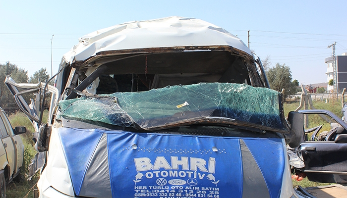 Mevsimlik işçileri taşıyan minibüs devrildi: 10 yaralı 3