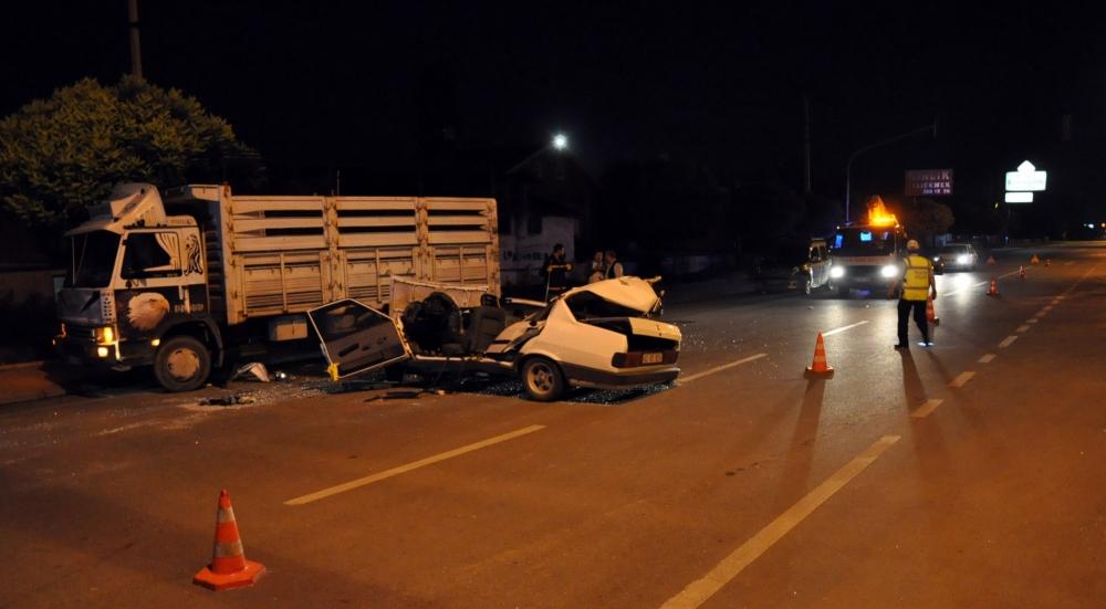Park halindeki kamyonete çarptı 4