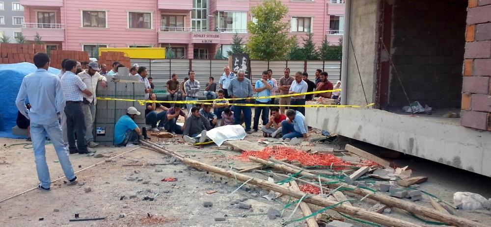 İnşaattan düşen işçi öldü ortalık karıştı 4