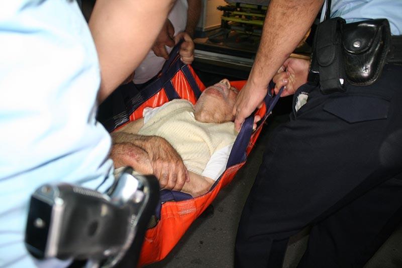 Rahatsızlanan yaşlı adamı itfaiye kurtardı 2