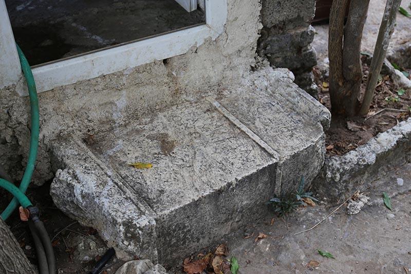 İki bin yıllık mezar taşı tuvalete giriş basamağı oldu 1