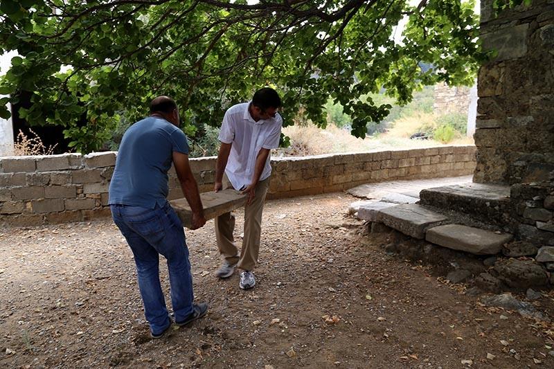 İki bin yıllık mezar taşı tuvalete giriş basamağı oldu 10