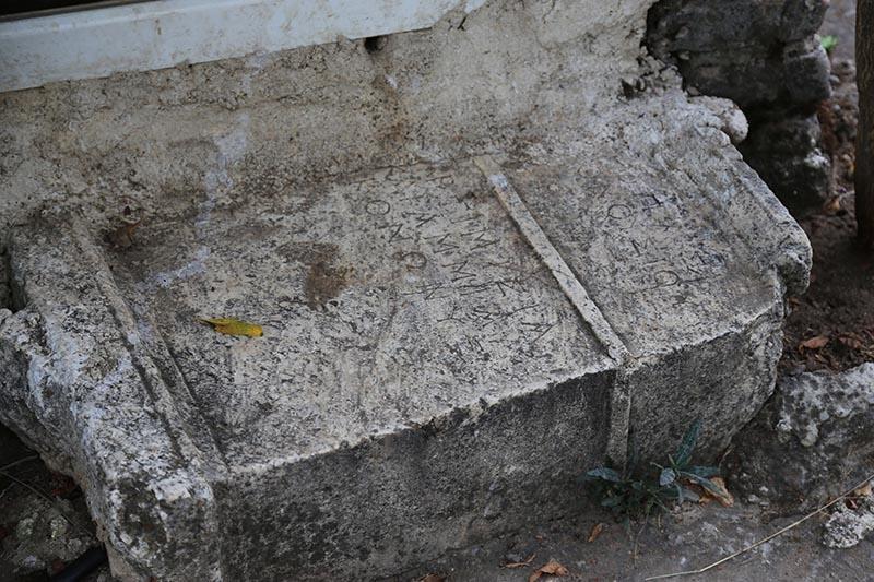İki bin yıllık mezar taşı tuvalete giriş basamağı oldu 2