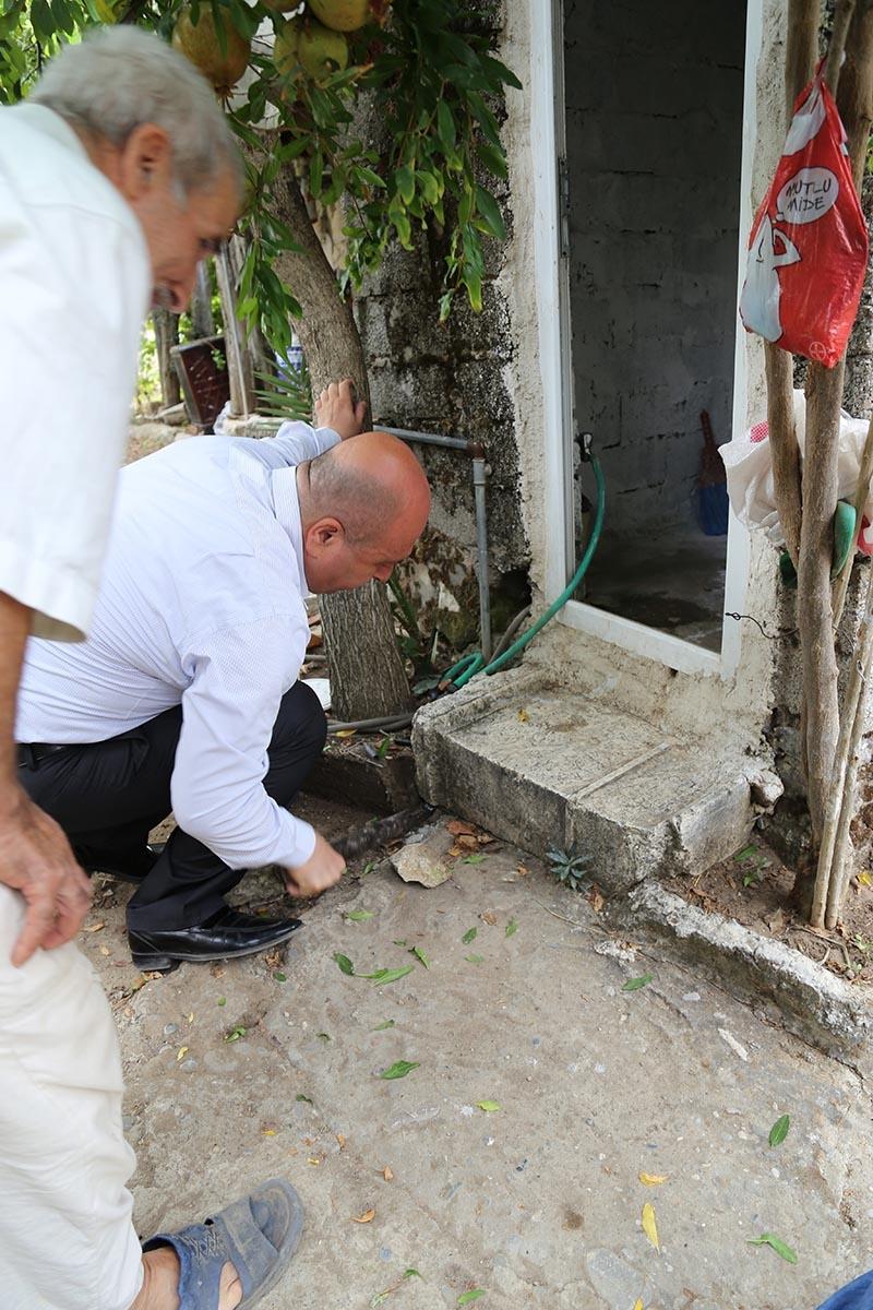 İki bin yıllık mezar taşı tuvalete giriş basamağı oldu 4