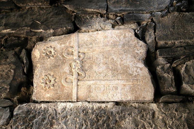 İki bin yıllık mezar taşı tuvalete giriş basamağı oldu 7