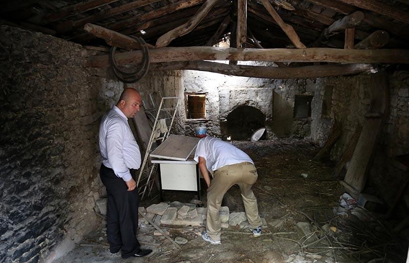 İki bin yıllık mezar taşı tuvalete giriş basamağı oldu 8