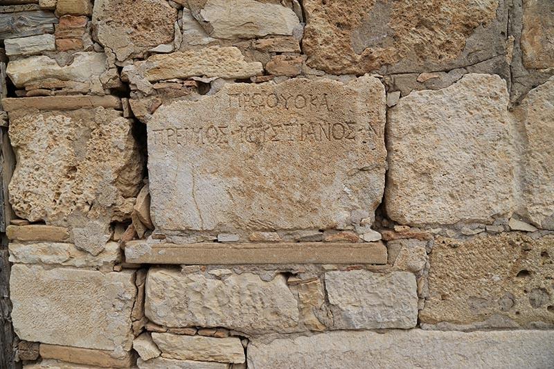 İki bin yıllık mezar taşı tuvalete giriş basamağı oldu 9