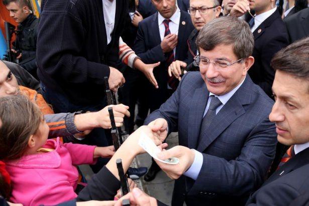 Başbakan Davutoğlu çocuklara harçlık dağıttı 2