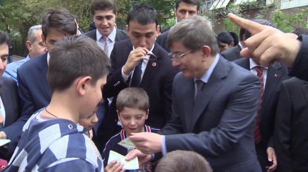 Başbakan Davutoğlu çocuklara harçlık dağıttı 7