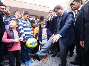 Başbakan Davutoğlu çocuklara harçlık dağıttı