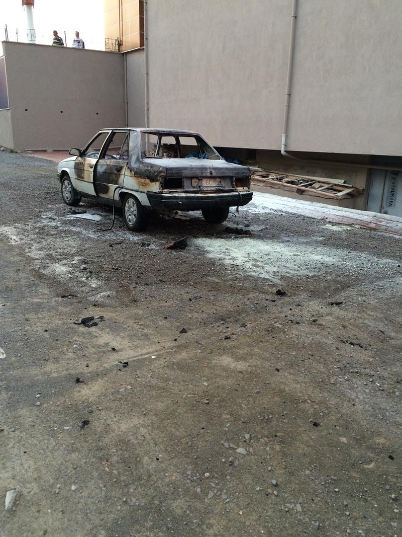 Kulu'da park halindeki otomobil yandı 1