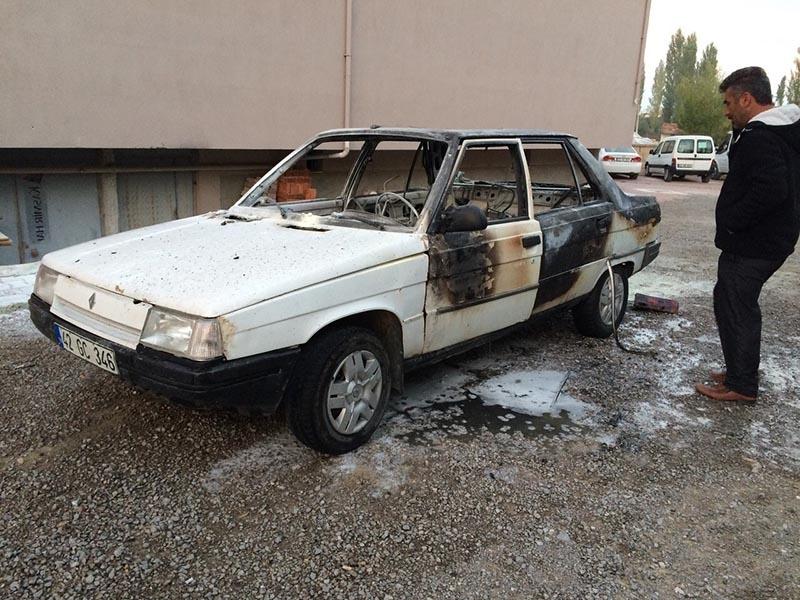 Kulu'da park halindeki otomobil yandı 7