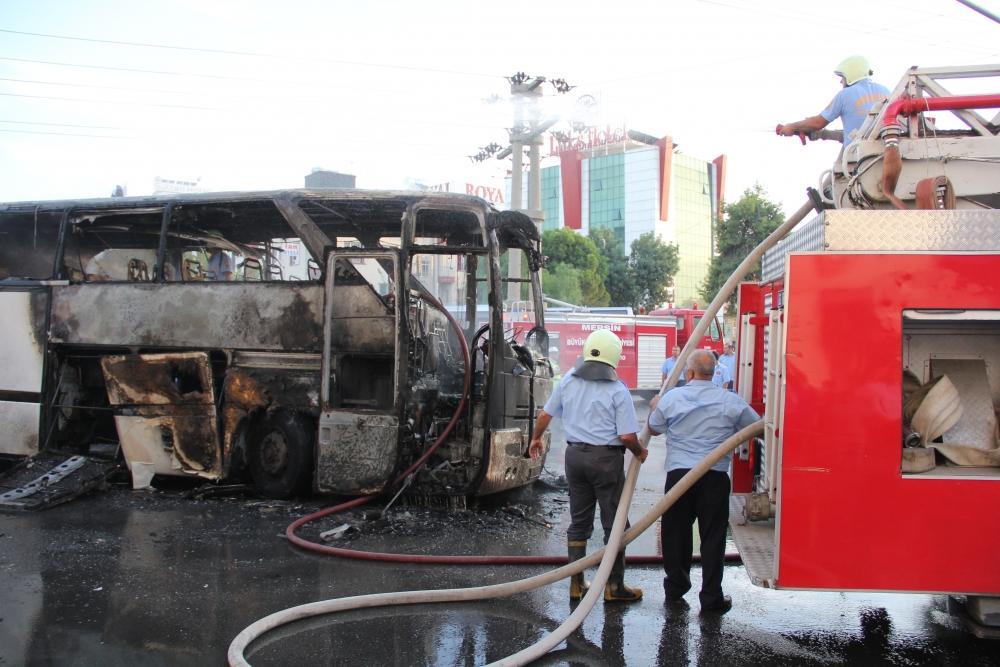 Mersin'de yolcu otobüsü yandı 1
