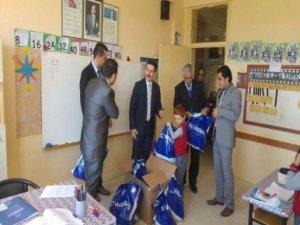 Derebucak'ta öğrencilere kıyafet yardımı