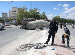 Devrilen tırın altında kalan bisikletin sürücüsü ağır yaralandı