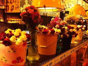 Cafe'es müşterilerini güllerle karşılıyor